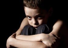 Bambino triste sul nero Fotografie Stock