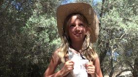 Bambino turistico sorridente in Olive Orchard, gioco della bambina all'aperto in natura 4K video d archivio