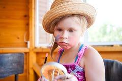 Bambino in un cappello e con un modello sul fronte fotografia stock