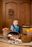 Bambino in un cappuccio del cuoco Fotografie Stock Libere da Diritti