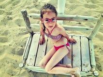 Bambino in un costume da bagno sulla spiaggia immagine stock libera da diritti
