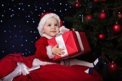 Bambino in un costume di Santa di Natale con il regalo Immagine Stock