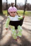 Bambino in un'oscillazione fotografia stock