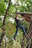 Bambino in un parco rampicante di attività di avventura Fotografie Stock Libere da Diritti