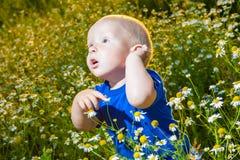 Bambino in un prato Fotografie Stock Libere da Diritti