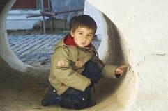 Bambino in un tubo di pietra Immagine Stock Libera da Diritti