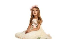 Bambino in un vestito che si siede sul pavimento Fotografia Stock Libera da Diritti