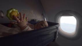 Bambino in una culla della culla su un aeroplano archivi video
