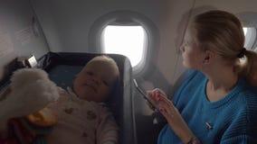 Bambino in una culla su un aeroplano stock footage