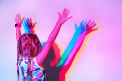 Bambino in una discoteca vicino alla parete Fotografia Stock Libera da Diritti