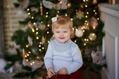 Bambino in una regolazione magica su un albero di Natale immagini stock