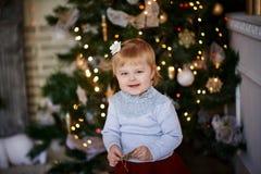 Bambino in una regolazione magica su un albero di Natale fotografia stock