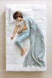 Bambino vago sereno coperto di coperta blu immagine stock libera da diritti