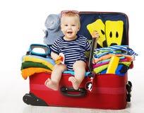 Bambino in valigia di viaggio, bagagli di seduta di vacanza del bambino, bambino fotografia stock libera da diritti