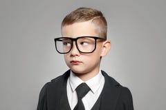 Bambino in vestito e vetri convenzionali fotografia stock