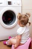 Bambino vicino all'essiccatore di vestiti fotografia stock libera da diritti