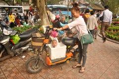 Bambino vietnamita in una scatola immagini stock