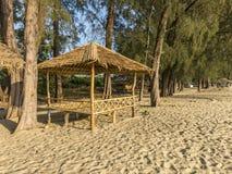 Bambo kojastång på stranden arkivfoto