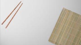 Bamboe dat met eetstokjes op witte en schone achtergrond wordt geplaatst stock fotografie