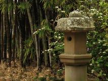 Bamboe en concreet vogelhuis Royalty-vrije Stock Foto