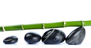 Bamboe en vlotte kiezelstenen Stock Afbeeldingen