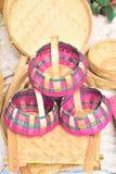 Bamboe gemaakte ambacht die in inwoner van Bangladesh lokale markt wordt getoond stock afbeeldingen