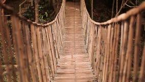 Bamboe hangende brug over rivier in tropisch bos, Bohol, Filippijnen stock footage