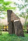 Bamboe rainstick met kiezelstenen en korrels wordt gevuld om een geluid te maken dat Stock Foto