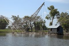 Bamboe visserijvlot met netto cantilever en hut stock fotografie