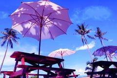 Bamboe witte paraplu tegen de blauwe hemel Royalty-vrije Stock Afbeelding