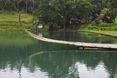 Bamboeboot op klein meer in Bali, Indonesië Royalty-vrije Stock Foto's