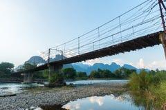 Bamboebrug over Nam Song River bij het dorp van Vang Vieng Royalty-vrije Stock Foto