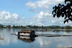 Bamboehut in het midden van het meer wordt gebouwd dat Stock Fotografie
