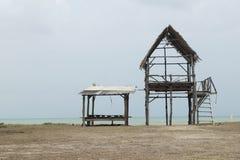 Bamboehut over mooi strand en tropische overzees onder heldere su Stock Afbeelding