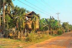 Bamboehut in ver dorp Stock Afbeeldingen