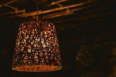 Bamboelamp in een donkere ruimte Stock Fotografie