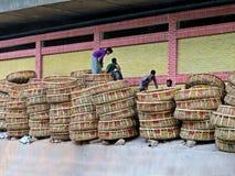 Bamboemanden bij de markt in oude stad, Dhaka stock afbeelding