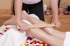 Bamboemassage - Wellnesmassage - bij een blonde Royalty-vrije Stock Foto's