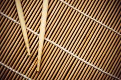 Bamboemat en eetstokjes voor sushi Mening van hierboven stock afbeelding