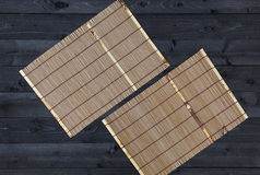 Bamboemat op houten lijst, hoogste mening royalty-vrije stock fotografie