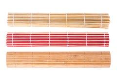 Bamboematten van verschillende kleuren op witte achtergrond royalty-vrije stock afbeelding