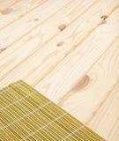 Bamboeservet op een houten lijst De achtergrond van sushi stock afbeeldingen