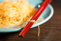 Bamboestokken die met een knoop van rijstnoedels worden gebonden Stock Foto
