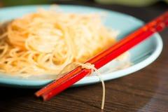 Bamboestokken die met een knoop van rijstnoedels worden gebonden Stock Foto's