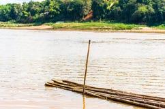 Bamboestokken door de rivier Nam Khan in Luang Prabang, Laos Exemplaarruimte voor tekst royalty-vrije stock foto