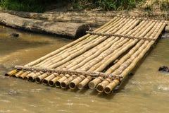 Bamboevlot en versleten houtopening van een sessie een rivierbank Royalty-vrije Stock Foto