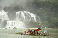 Bamboevlot met toeristen bij de Waterval van Verbodsgioc, Vietnam Stock Afbeelding