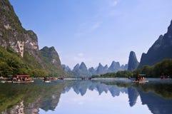 Bamboevlotten op rivierli (lijang) tussen Guilin en Yangshuo Stock Fotografie