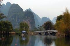 Bamboevlotten op Yulong-rivier dichtbij Yangshuo-stad, China Royalty-vrije Stock Foto