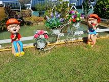 Bambola adorabile in un bello giardino Fotografie Stock Libere da Diritti